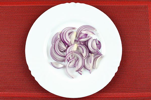 Смачний салат із морських водоростей, солодкого перцю, огірка, цибулі та яйця