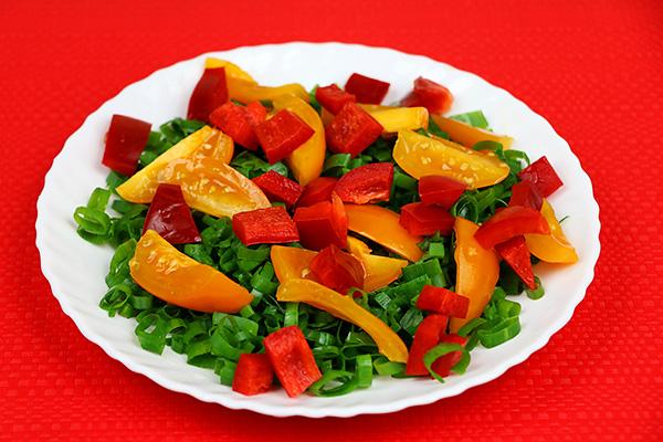 Вітамінний овочевий салат з болгарського перцю, помідорів, зеленої цибулі та петрушки