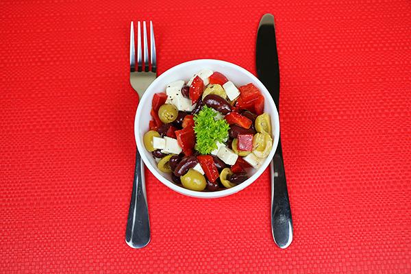 Насичений салат з болгарським перцем, сиром фетою, оливками та квасолею