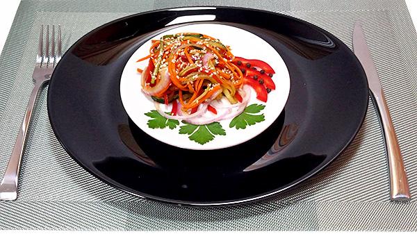 Пікантний овочевий салат з огірків, болгарського перцю, моркви, цибулі та часника