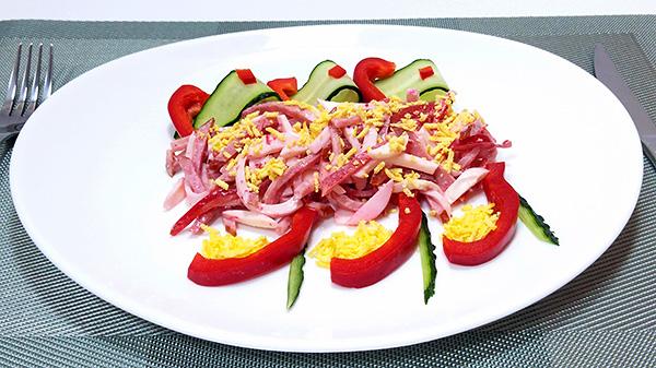 Легкий салат із огірком, солодким перцем, яйцем та ковбасою