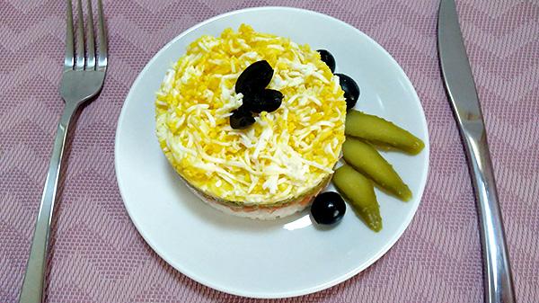 Апетитний салат із лососем, рисом, яйцем та маринованим огірком