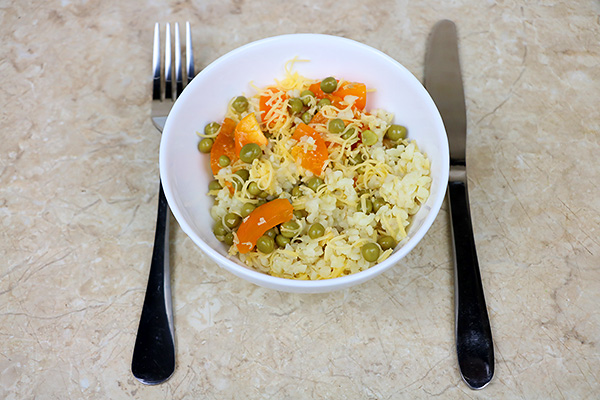 Поживний салат з булгуром, зеленим горошком, оливками, томатами та твердим сиром