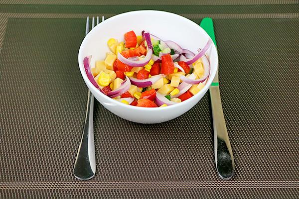 Ніжний овочевий салат із огірків, помідорів, цибулі, солодкого перцю та твердого сиру