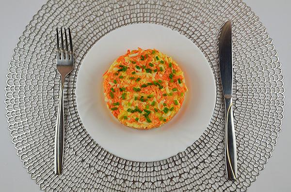 Пікантний салат з сиром чечіл, вареними яйцями, морквою, часником та майонезом