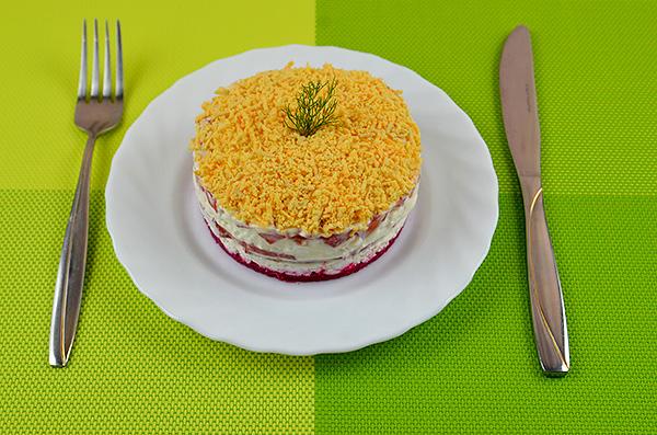"""Апетитний салат """"2021"""" з кисломолочним сиром, помідорами, яйцями, хріном та ковбасою"""