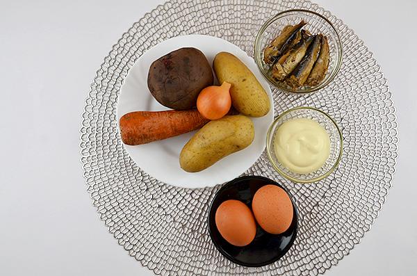 Ситний салат з картоплі, буряка, моркви, яєць, шпротів та майонезу