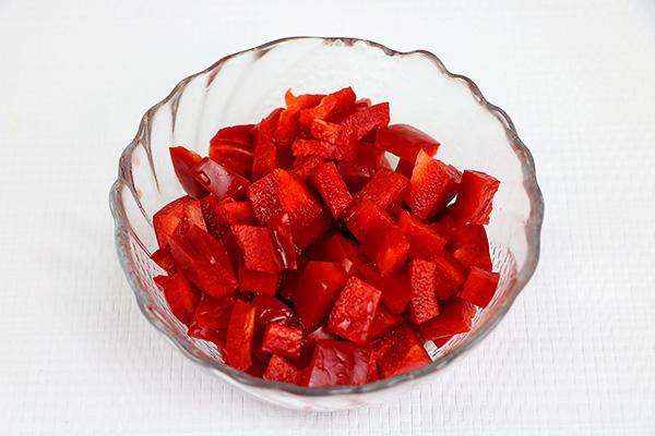 Барвистий салат з курячого філе, червоного перцю, огірків, яєць, помідорів та кукурудзи