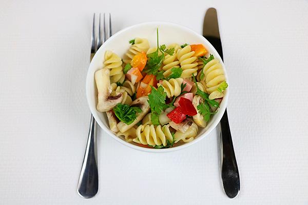 Макаронний салат з печерицями, вареною ковбасою, солодким перцем, помідорами та петрушкою