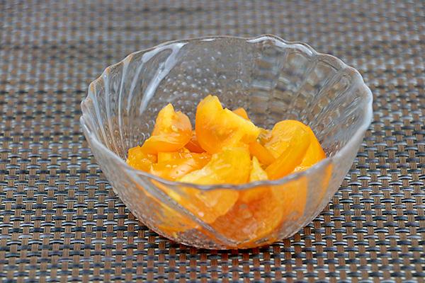 Ніжний салат з крабовими паличками, солодким перцем, твердим сиром, помідорами та майонезом